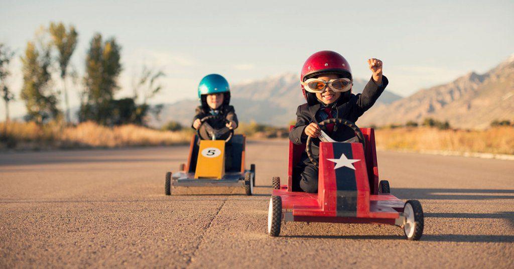 عکس مربوط به قیمت رقابتی که در آن دو بچه در حال رقابت هستند